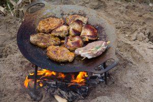 Grill_Feuerschale mit Fleisch-klein
